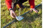 Bodenverankerung mit Platte und Pflock beim Windschutz Linea von Isabella