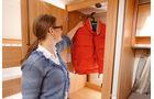 Der grosse Kleiderschrank liegt genau genommen im Kinderzimmer.