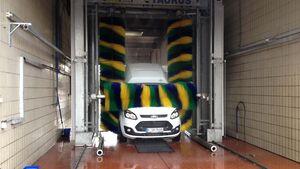 Ford Nugget in der Waschanlage