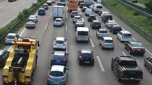 In Österreich sind ab 1. Januar 2012 alle Verkehrsteilnehmer verpflichtet, bei Stau eine Rettungsgasse zu bilden