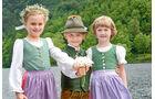 Kinder in Tracht beim Narzissenfest im Frühling.