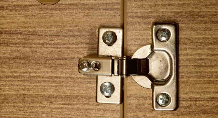 praxis tipp ausgerissene schrauben und scharniere caravaning. Black Bedroom Furniture Sets. Home Design Ideas