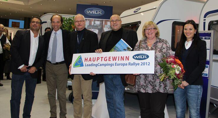"""Thora und André Säger heißen die Gewinner, die künftig mit einem Wilk-Caravan """"Limited 60"""" am Haken durch die Welt reisen können."""