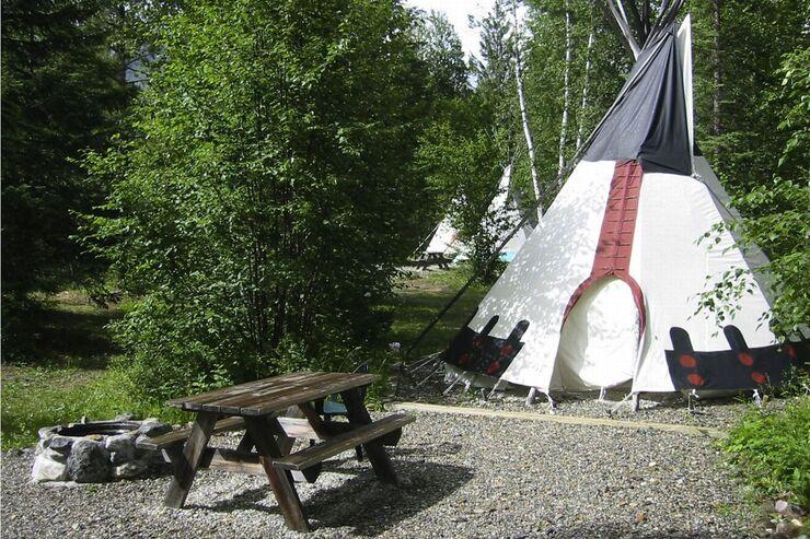 Tipi auf dem Geländer der Goldenwood Lodge in British Columbia in Kanada.