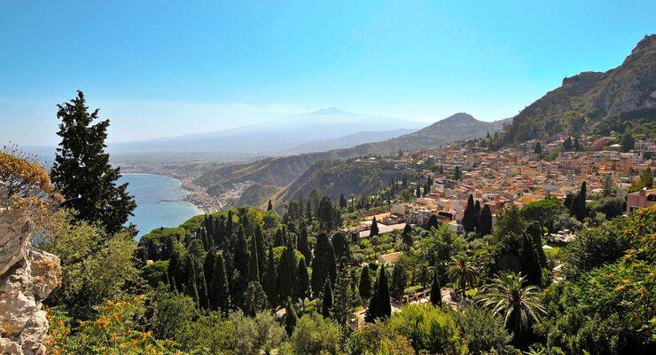 Über Taormina, dem Bilderbuchstädtchen im Nordosten, wacht schneebedeckt der Ätna.
