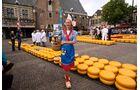 Auf dem Markt in Alkmaar werden die Käselaibe traditionell durch Träger transportiert.