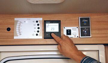 Bedienteil CP Plus der Truma-Combi-Heizung erlaubt gradgenaue Temperaturvorgabe, steuert Gebläse und hat einen Timer