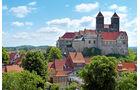 Blick vom Muenzberg auf Dom und Schloss Quedlinburg.