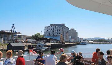 Die Outdoor-Galerie am Hafen wirkt vom Wasser aus am eindrücklichsten.