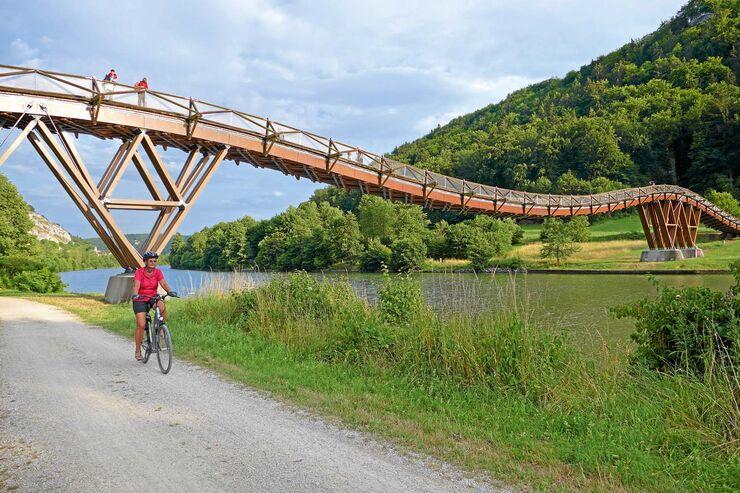 Die kühne Holzbrücke misst rund 190 Meter.