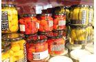 """Im Angebot führt der Kaiser der """"Paradeiser"""" auch scharfe Chilis und Paprika-Köstlichkeiten."""