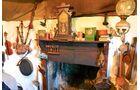 Liebevoll dekorierter Kaminsims im Skye Museum of Island Life in Kilmuir.