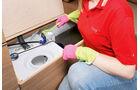 Mit Bürste schrubben