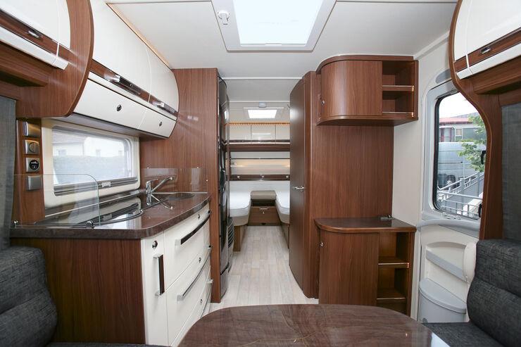 Opal 515 SG: Eines der beliebtesten Modelle in der Caravan-Welt besteht momentan aus Rundsitzgruppe und Einzelbetten. Die Küche ist hier auch besonders gut ausgestattet.