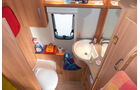 Praxistaugliches, kompaktes Bad mit vielen Ablagen, Fächern und Haken