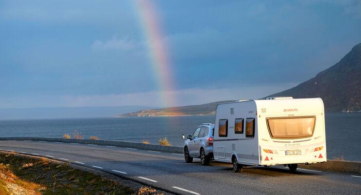 Regenbogen über der Küstenstraße