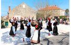 Sonntägliche Tanzdarbietung im kleinen Ort Cilipi.