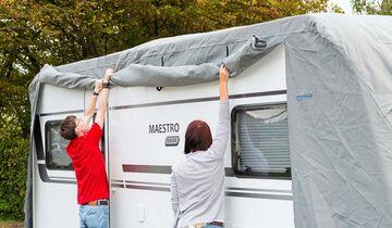 Speziell für Caravans konstruierte Schutzhüllen lassen sich über Reißverschlüsse seitlich öffnen.